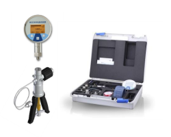 Hand operated 500 psi air pressure calibration kit with NPT test fittings